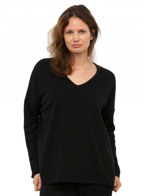 Strik sweater Stella V Black fra Gorridsen Design med V-hals