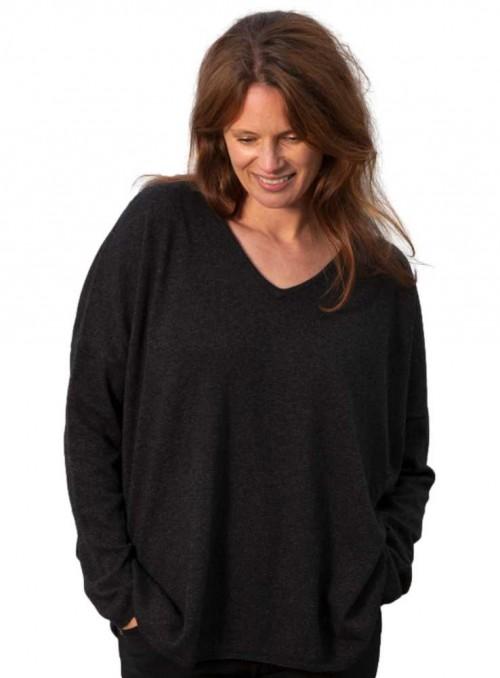 Strik sweater Stella fra Gorridsen Design model med V-neck farve Gotland