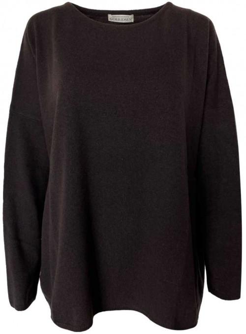 Strik sweater Stella Coffee fra Gorridsen Design med bådhals